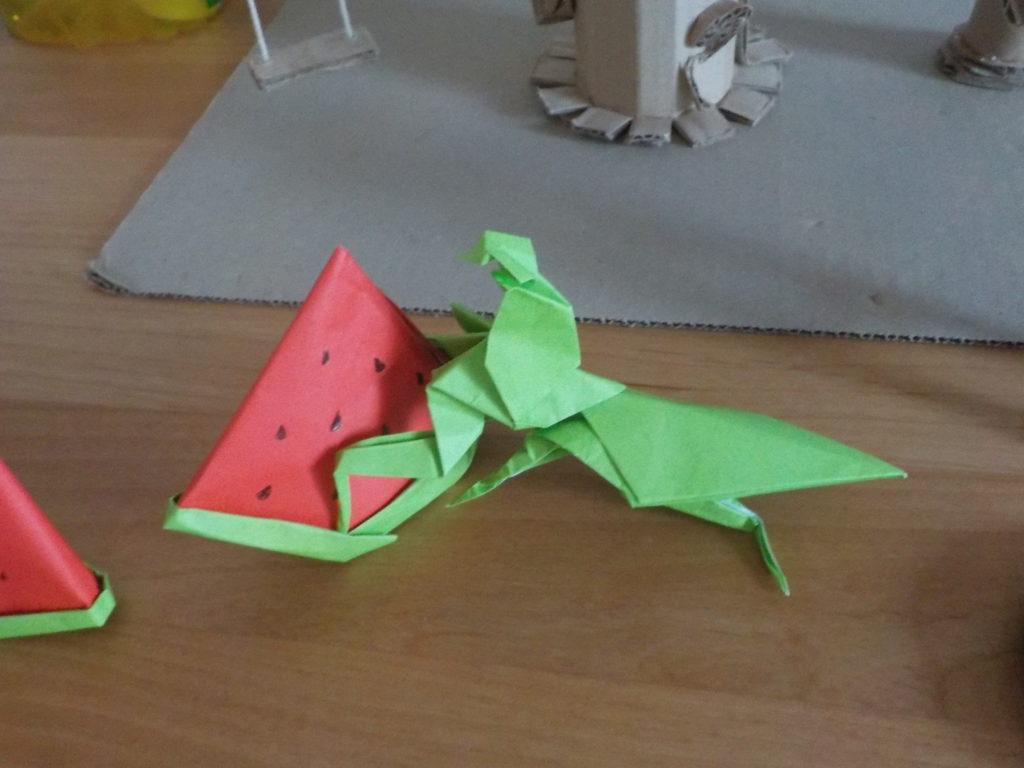 立体的な折り紙のカマキリ
