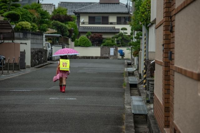 傘を指す小学生