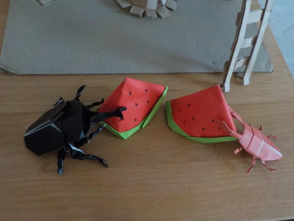 スイカを食べるカブトムシとクワガタ